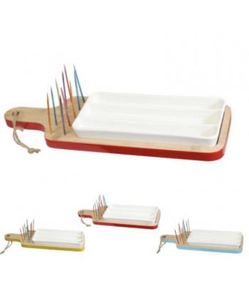 3 dalių serviravimo indas ant medinės lentelės. Rinkinyje; medinė lentelė, keramikinis indas, smeigtukai